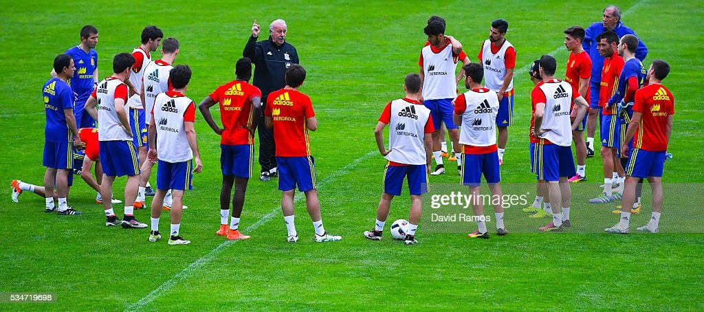 Head coach Vicente Del Bosque of Spain directs his players during a training session on May 27, 2016 in Schruns, Austria.