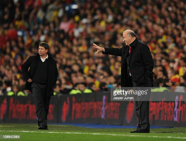 Head coach Vicente del Bosque of Spain gestures to his players besides head coach Hernan Dario Gomez of Colombia during the International friendly...