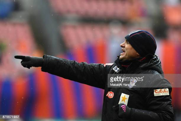 Head coach Wagner Lopes of Albirex Niigata gives instruction during the JLeague J1 match between Albirex Niigata and Ventforet Kofu at Denka Big Swan...