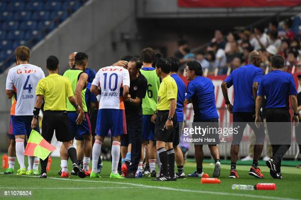 Head coach Wagner Lopes of Albirex Niigata gives instruction to Thiago Galhardo during the JLeague J1 match between Urawa Red Diamonds and Albirex...