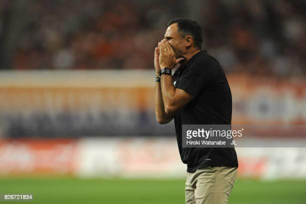 Head coach Wagner Lopes of Albirex Niigata looks on during the JLeague J1 match between Albirex Niigata and Yokohama FMarinos at Denka Big Swan...