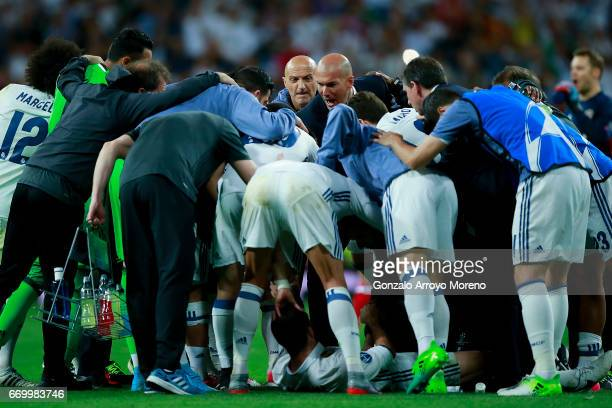 Head coach Zinedine Zidane of Real Madrid CF encourages his team during the break of the extra time given after the UEFA Champions League Quarter...