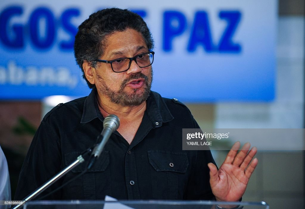 Head of FARC-EP leftist guerrillas delegation, Commander Ivan Marquez (R) reads a statement at Convention Palace in Havana during the peace talks with the Colombian government, on May 6, 2016. / AFP / YAMIL