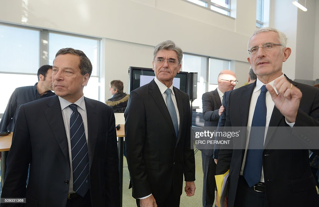 Head of French state owned railway company sncf Guillaume Pepy (R) talks as Siemens AG CEO Joe Kaeser (C) and director of French Railway Infrastructure (RFF) Jacques Rapoport (L) listen while arriving to attend the signing of the NExTeo contract at the SNCF headquarters in La Plaine-Saint-Denis on February 10, 2016. / AFP / ERIC PIERMONT