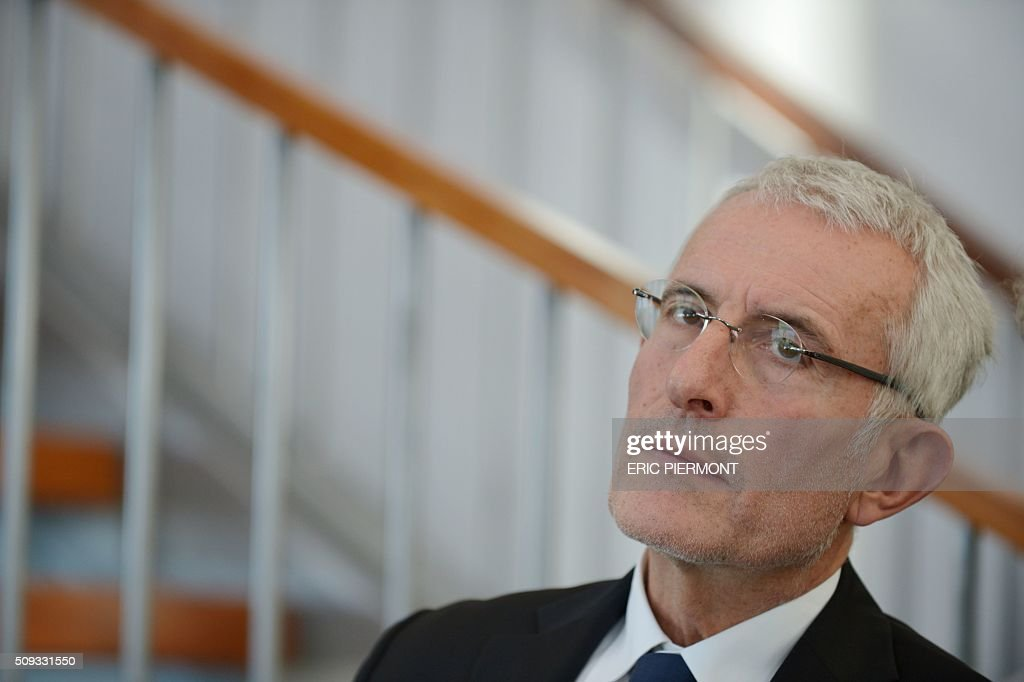 Head of French state owned railway company sncf Guillaume Pepy listens while attending the signing of the NExTeo contract at the SNCF headquarters in La Plaine-Saint-Denis on February 10, 2016. / AFP / ERIC PIERMONT