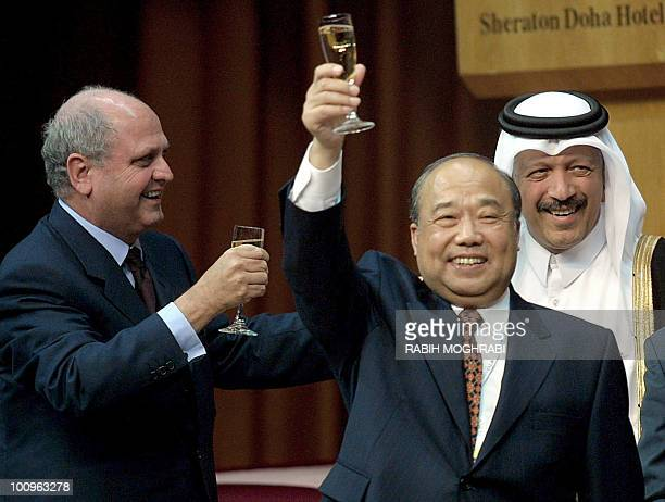 Head of the World Trade Organization Mike Moore Qatari Finace Economy and Trade Minister Sheikh Yussef Hussein Kamal and Chinese Foreign Trade and...