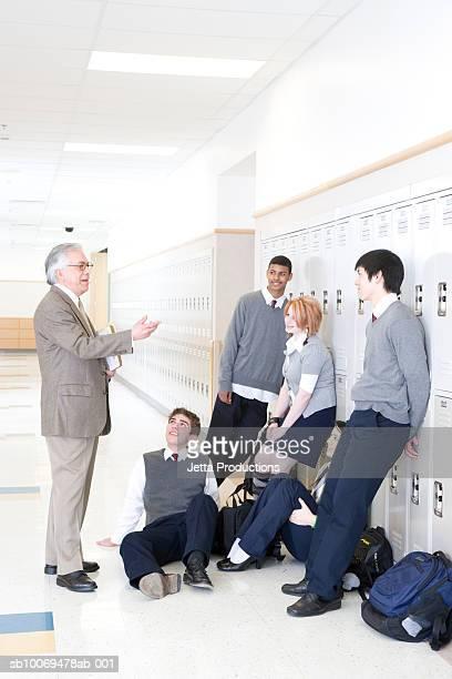 Cabeça professor a falar com Criança em Idade Escolar (15- 19) na escola corr