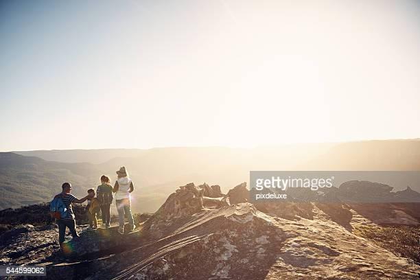 Fahren Sie auf den Hügel mit der Familie