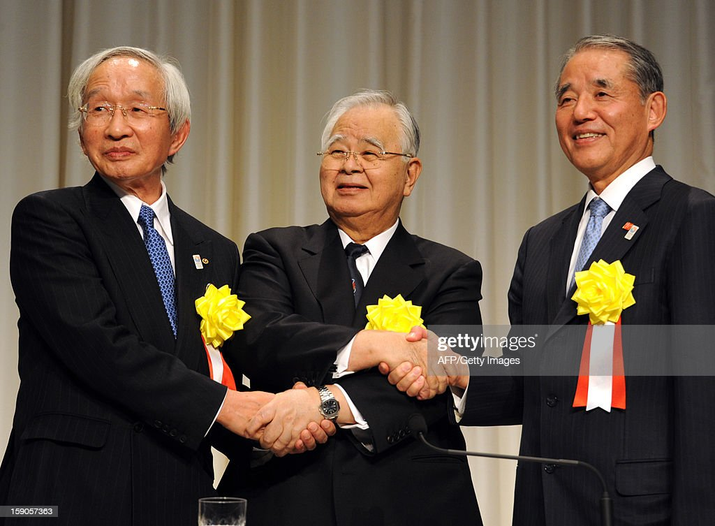 Heads of Japan's three economic organizations, Hiromasa Yonekura (C), chairman of Keidanren (the Japan Business Federation), shakes hands with Yasuchika Hasegawa (R), chairman of Keizai Doyukai (the Japan Association of Corporate Executives), and Tadashi Okamura (L), chairman of the Japan and Tokyo Chambers of Commerce and Industry as they hold a press conference after a New Year's party at a Tokyo hotel on January 7, 2013. Japan's major business lobbies said they support Prime Minister Abe for his efforts to revive the dwindling economy, urging him an early participation in a Pacific-wide free trade deal. AFP PHOTO / RIE ISHII