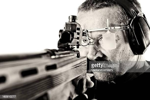 Ein Porträt von einem sport shooter die Ohrenschützer.