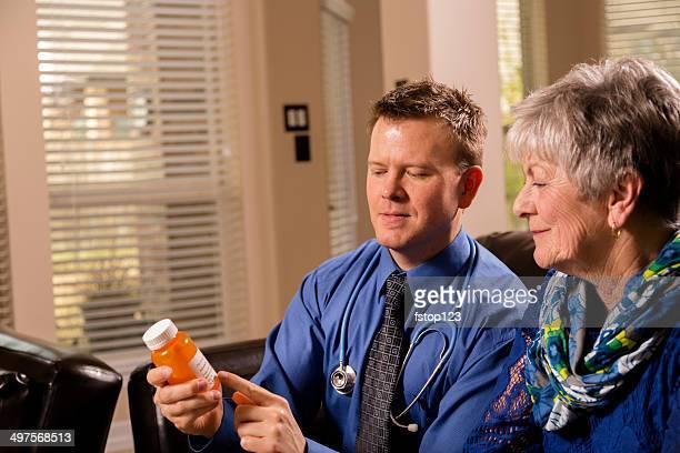 Gesundheitswesen: Concierge Arzt Besuch senior Frau zu Hause fühlen.