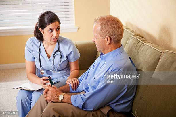 Trabajador de asistencia sanitaria, que asesora al paciente con receta médica