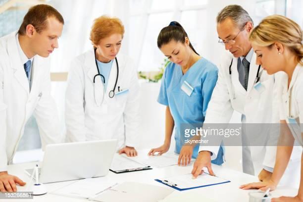 ヘルスケアワーカー、医者のオフィスを通過します。