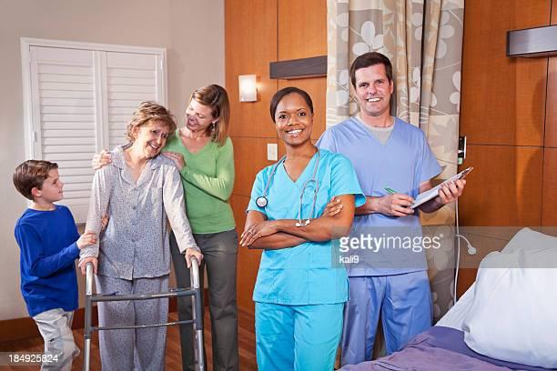 La salud de los trabajadores en el hospital con paciente senior y fami