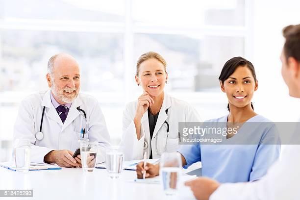Operatori sanitari ascoltare collega In sala riunioni