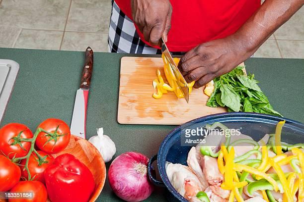 Cucinare sano: Mani di un uomo taglio peperoni