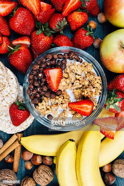 concept de restauration saine : fraises, bananes et des céréales