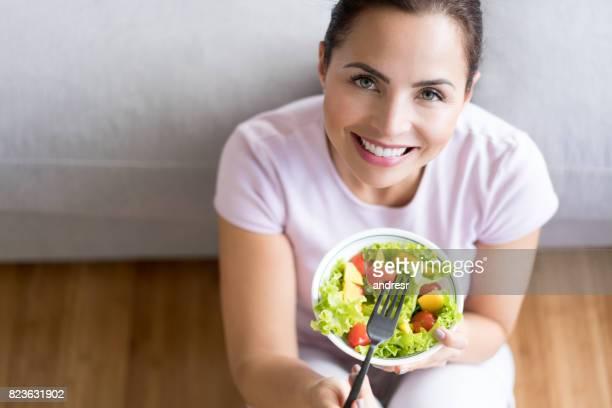 Gesunde Ernährung Frau, die einen Salat zu Hause