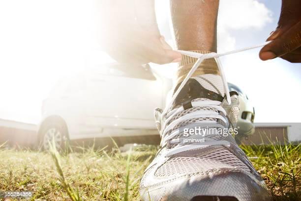 健康的なライフスタイルのエクササイズ、スニーカーのような靴紐結び