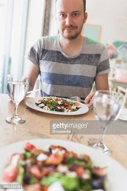 Gesundes Mittagessen-Mann Essen einen Salat