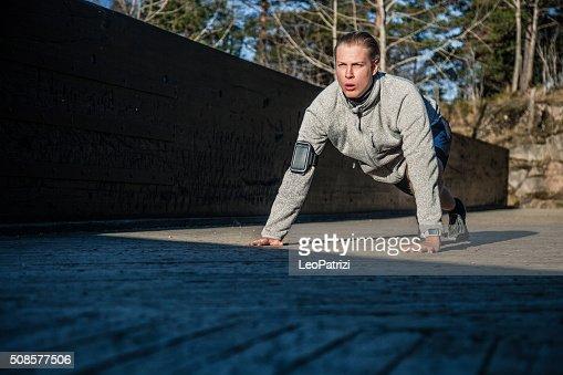 Gesunde Mann push up auf dem Boden in am frühen Morgen : Stock-Foto