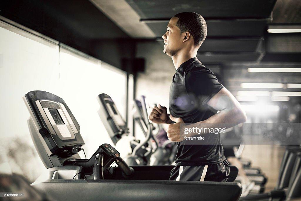 Gesunde Mann läuft auf Laufband : Stock-Foto