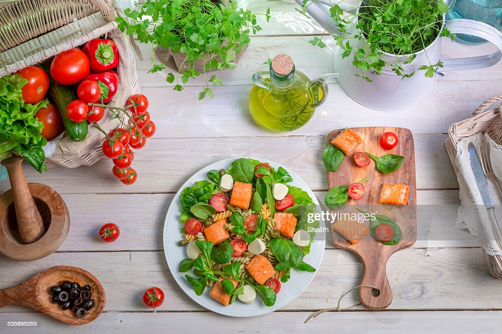 Healthy salad with fresh vegetables and salmon : Stockfoto