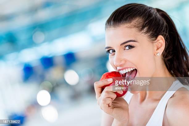 Mujer sana comiendo una manzana