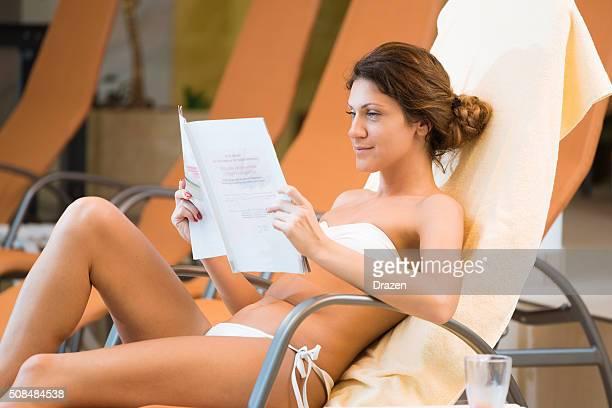 Gesunde Frau genießt entspannenden Tag im spa-Center im bikini