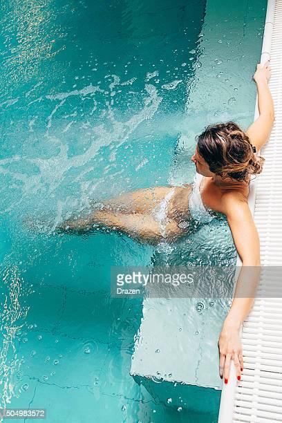 Gesunde Frau genießt entspannenden Tag im spa-Center in Badeanzug