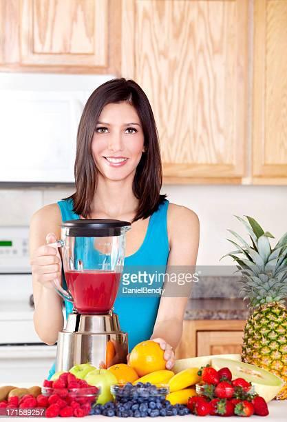 Femme saine faisant Smoothie aux fruits frais