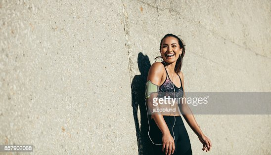 Healthy woman taking rest after training session : Foto stock