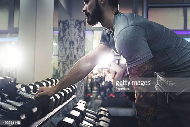 Herzhaftes Mann Training mit Arm Hanteln