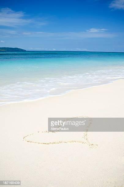 Coeur dans le sable blanc
