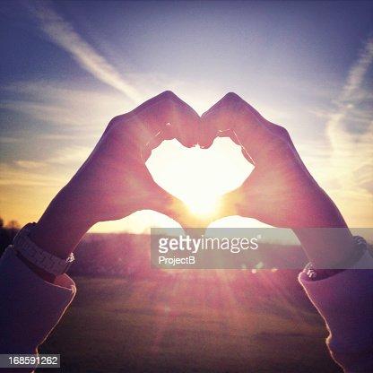 Con le mani a forma di cuore
