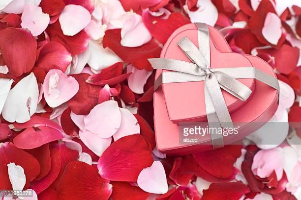 ハート型のボックスにバラの花びら