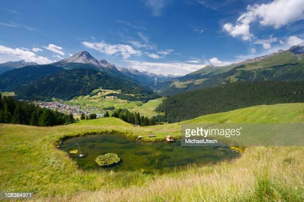 Lac en forme de cœur dans le magnifique paysage de montagne