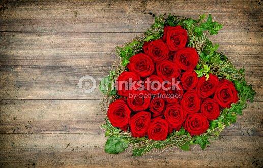 Bouquet De Roses Rouges En Forme De Coeur Sur Fond En Bois