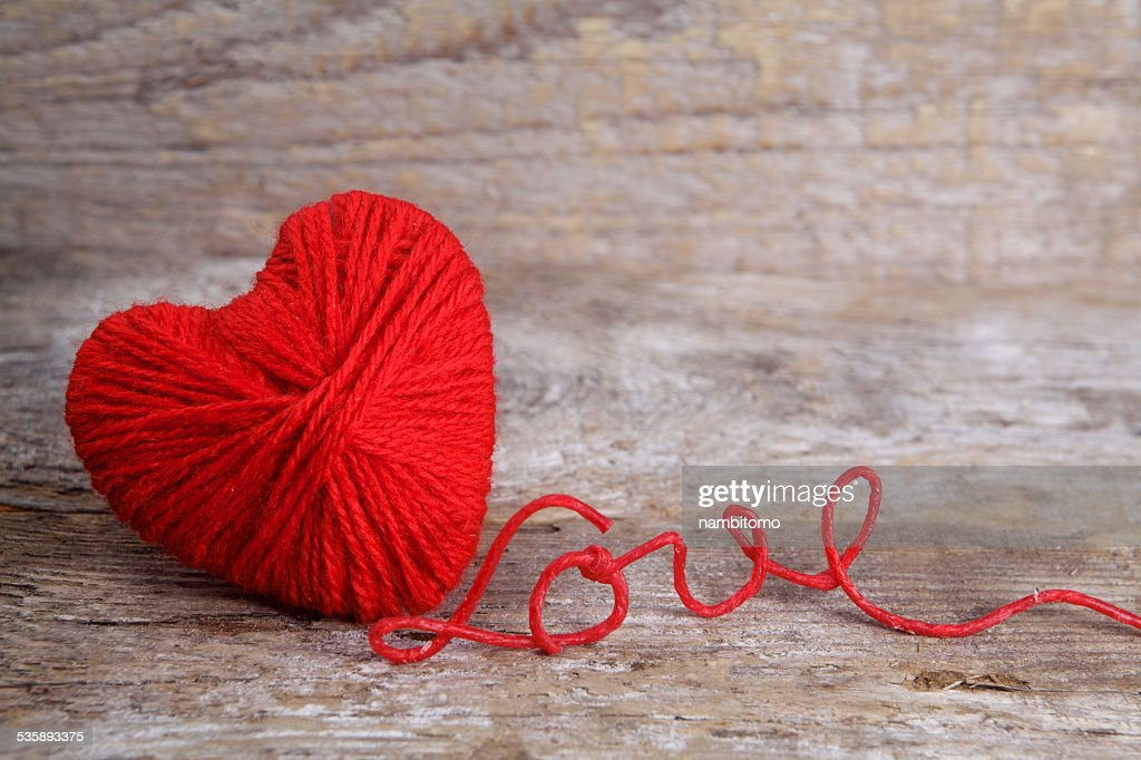 Heart-shaped ball of yarn, with words of love thread : Stockfoto