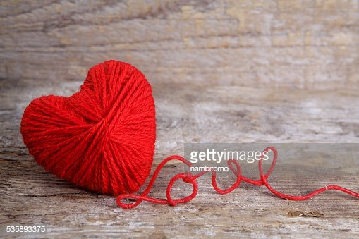 Heart-shaped ball of yarn, with words of love thread : Bildbanksbilder