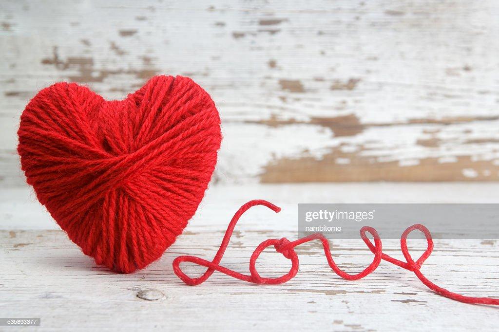 Herzförmiges ball aus Garn mit Worte der Liebe Faden : Stock-Foto