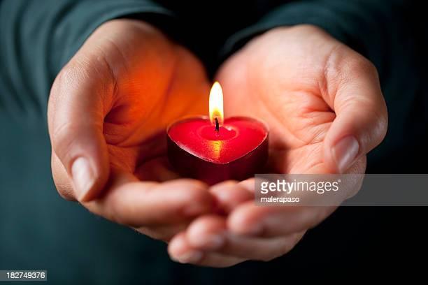 Herzförmige Kerzen in Ihren Händen