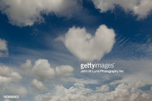 Heart-shaped cloud in sky : ストックフォト