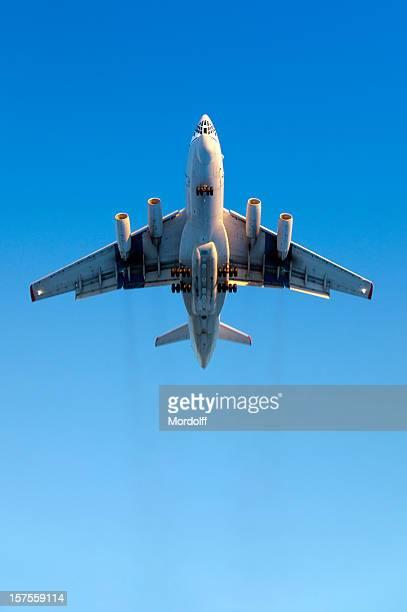 Grosse avion volant dans le ciel bleu. Effet de flou en mouvement légèrement