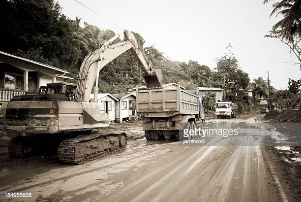 重い機器および dumptruck のマディ road での作業