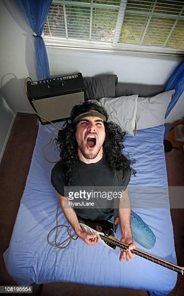 Heavy Metal Rocker im Schlafzimmer mit Electric Guitar