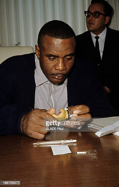 Heavyweight World Champion Sonny Liston Prepares His Match Against Cassius Clay A Miami dans une salle Sonny LISTON en polo et veste assis à une...