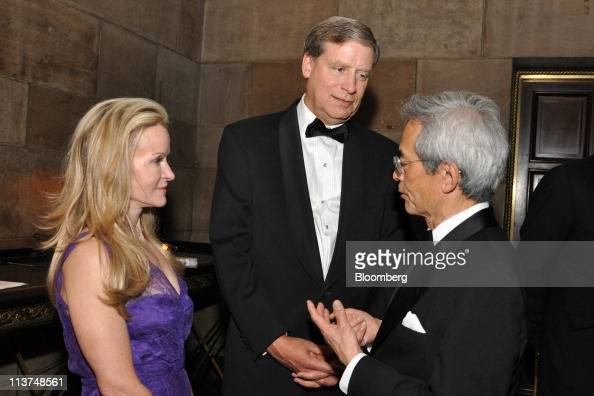 Hedge fund manager Stanley Druckenmiller center and his wife Fiona Druckenmiller speak with Dr Richard Tsien right director of the Neuroscience...