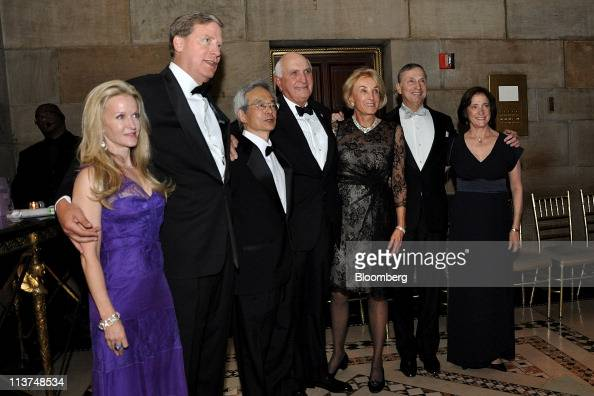 Hedge fund manager Stanley Druckenmiller second left stands for a photograph with his wife Fiona Druckenmiller far left Dr Richard Tsien director of...