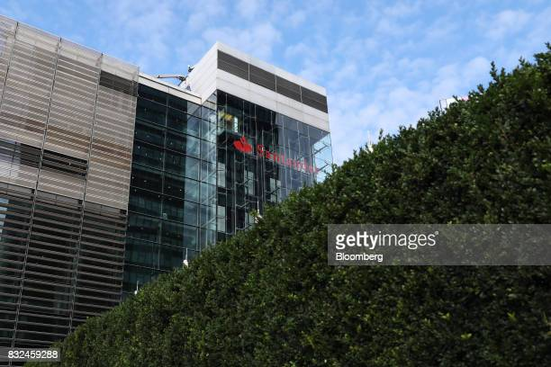 A hedge stands outside the offices of Banco Santander SA in London UK on Tuesday Aug 15 2017 Banco Santander Spains biggest lender has bought...